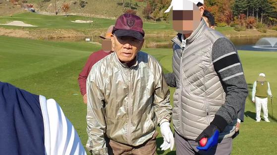 전두환씨가 지난해 11월 강원도 홍천의 한 골프장에서 골프를 치고 있는 장면을 촬영한 장면. [뉴시스]