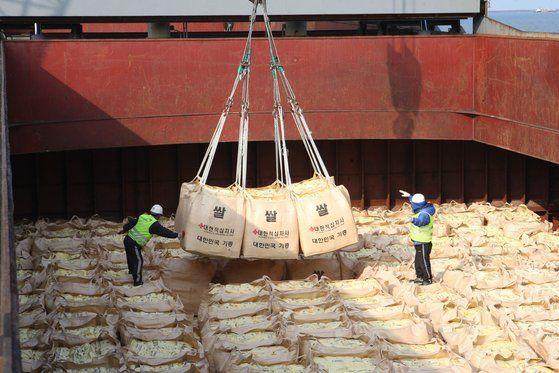 사진은 지난 2010년 군산항에서 북한 수재민에게 보낼 쌀을 배에 선적하는 모습. 연합뉴스