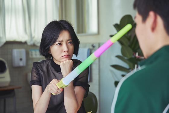 '보건교사 안은영'에서 무지개 칼을 들고 학생을 바라보고 있는 안은영(정유미). [사진 넷플릭스]