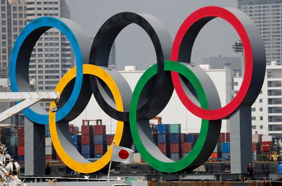 일본 도쿄 오다이바 해안공원에 설치된 오륜마크 구조물, 일본 국민의 절반 가량이 내년으로 연기된 도쿄올림픽을 더 연기하거나 취소해야한다고 생각하는 것으로 나타났다. [로이터=연합뉴스]