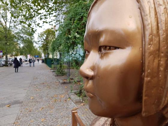 지난달 25일(현지시간) 베를린에 설치된 '평화의 소녀상'에 빗물이 맺혀있다. [연합뉴스]