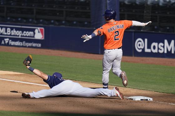 13일 휴스턴과 챔피언십시리즈 2차전에서 다리 찢어 공을 받은 탬파베이 최지만. [AP=연합뉴스]