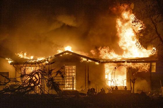 미 캘리포니아의 한 주택이 화재로 인해 불타고 있다. AP=연합뉴스
