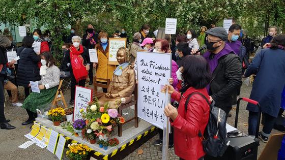 \13일 독일 수도 베를린에서 시민들이 거리에 설치된 '평화의 소녀상'에 대한 당국의 철거명령에 항의하기 위해 미테구청 앞에서 집회를 하고 있다. [연합뉴스]