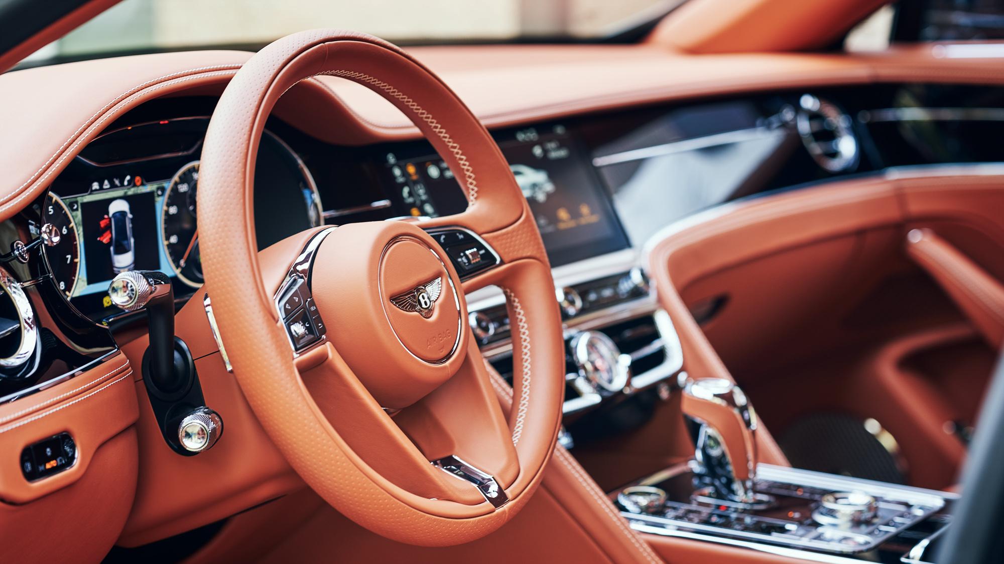 플라잉스퍼 V8의 스티어링휠. 고객의 기호에 따라 다양한 내장재 소재를 선택할 수 있다. 사진 벤틀리모터스코리아