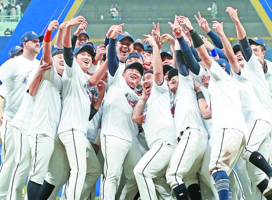 지난해 한국시리즈에서 우승을 차지했던 두산 선수들. [연합뉴스]