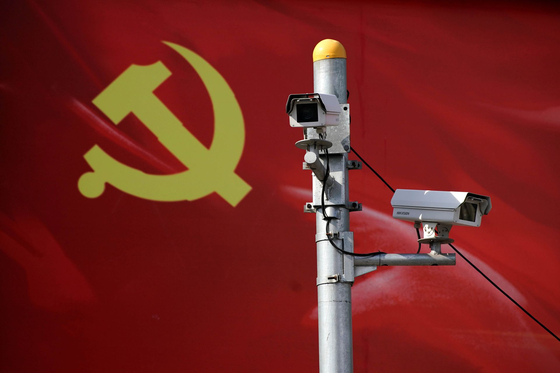 중국 거리 곳곳에 설치된 감시 카메라. 중국의 인터넷 첨단 기술이 일반을 위한 게 아니라 소수 권력자의 대중 통제를 위해 이바지하는 도구로 쓰이며 '디지털 레닌주의'로 발전하고 있다는 말이 나온다. [로이터=연합뉴스]