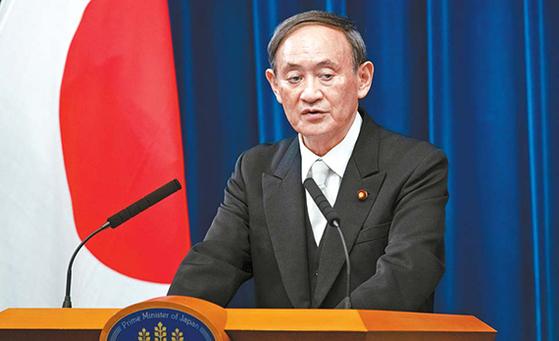 스가 요시히데 일본 총리가 지난달 16일 총리 관저에서 취임 이후 첫 기자회견을 열고 국정운영 방향을 설명하고 있다. [AP=연합뉴스]