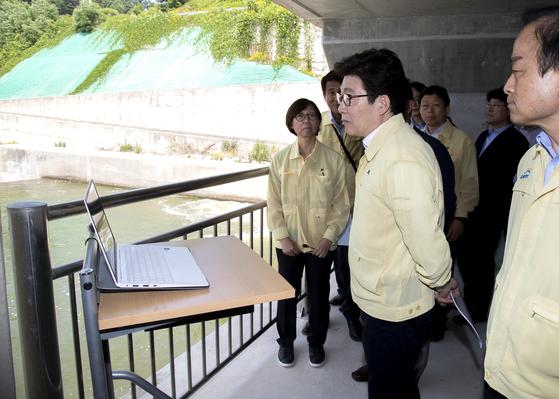 조명래 환경부 장관이 지난해 6월 21일 영주댐에서 시설 관리 현황을 점검하고 있다. [연합뉴스]