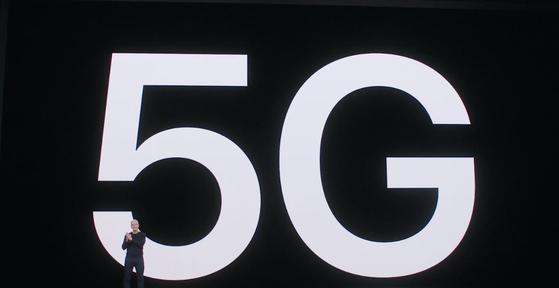 애플 CEO인 팀 쿡이 13일(현지시간) 첫 5G 모델인 아이폰12 시리즈에 대해 설명하고 있다. 〈애플 홈페이지〉