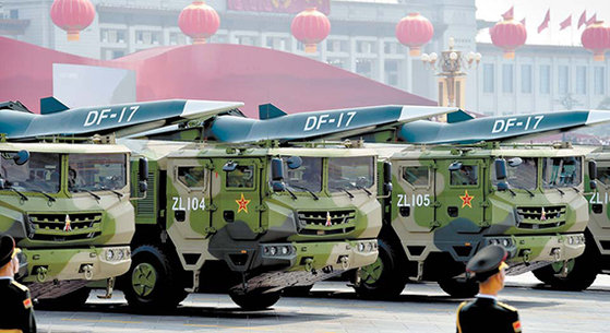 지난해 중국 건국 70주년 열병식에서 둥펑(東風)-17 탄도 미사일 부대가 천안문 광장을 지나고 있다. 중국은 둥펑-17은 극초음속 활강 미사일로 미국의 미사일방어체계를 무력화 할 수 있다고 주장한다. [신화=연합뉴스]
