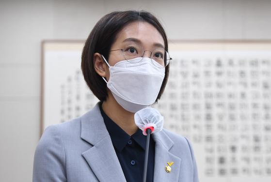 """장혜영 정의당 의원은 14일 열린 국회 기획재정위원회 국정감사에서 """"배우자의 성별과 가구주의 성별이 같은 경우도 있는 그대로 통계를 작성하고 결과에 반영해달라""""고 요구했다. 오종택 기자"""