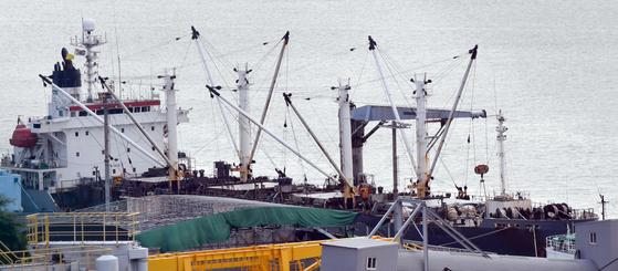 13일 감천항에 정박 중인 확진 선원 발생 러시아 냉동냉장선(7329t)의 모습. 뉴시스