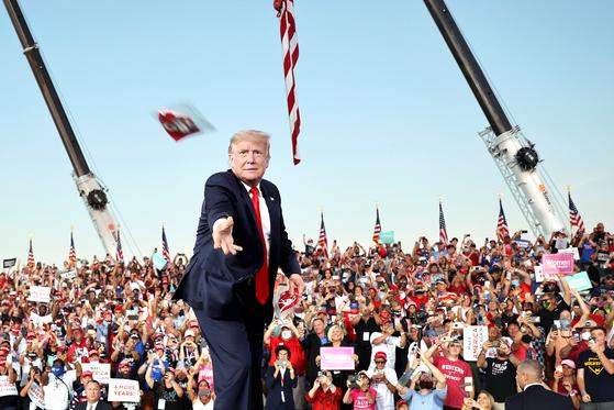 마스크 던져주는 트럼프