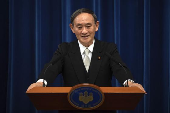 스가 요시히데 일본 총리. 오는 18일부터 4일간 베트남과 인도네시아를 방문한다. 취임 후 첫 해외순방이다. [AP=연합뉴스]