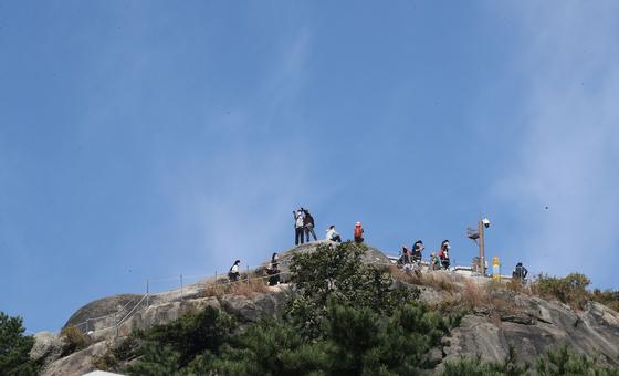 11일 오전 서울 종로구 무악동 인왕산 등산로에서 등산객들이 산을 오르고 있다. 뉴스1