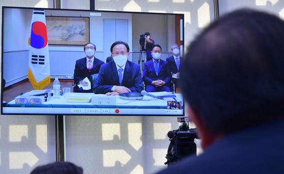 이수혁 주미대사가 12일 국회에서 열린 외교통일위원회의 국정감사에서 의원들 질의에 답변하고 있다. 중앙포토