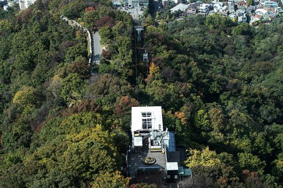 가을 날씨가 이어진 14일 오후 서울 중구 남산에서 나뭇잎이 울긋불긋 물들어가고 있다. 뉴스1