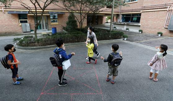 유치원생들이 등원하며 서로 인사를 나누고 있다. 기사 내용과 무관. 뉴스1
