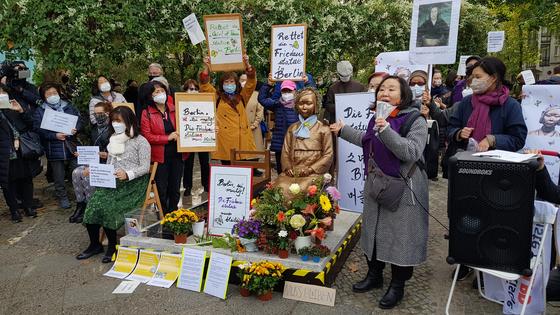 13일 독일 수도 베를린에서 시민들이 거리에 설치된 '평화의 소녀상'에 대한 당국의 철거명령에 항의하기 위해 미테구청 앞에서 집회를 하고 있다. 연합뉴스