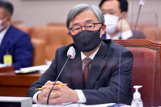 최재형 감사원장이 15일 국회에서 열린 법제사법위원회의 감사원에 대한 국정감사에서 의원 질의를 받고 있다. 오종택 기자