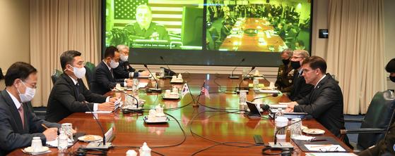 서욱 국방장관과 마크 에스퍼 미국 국방장관이 14일(현지시간) 미국 국방부 청사에서 제52차 한미안보협의회의(SCM)를 열고 있다. [국방부 제공]
