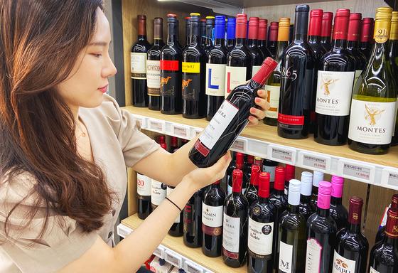 대표적인 겨울 상품으로 꼽히던 와인이 이제는 계절의 영향을 받지 않는 시즌리스(seasonless) 상품이 됐다. 사진 세븐일레븐