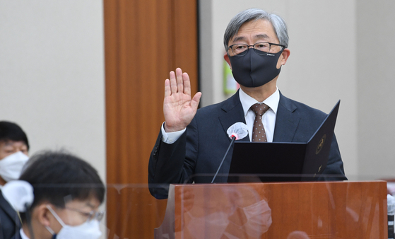 최재형 감사원장이 15일 국회에서 열린 법제사법위원회의 감사원에 대한 국정감사에서 증인선서하고 있다. 오종택 기자