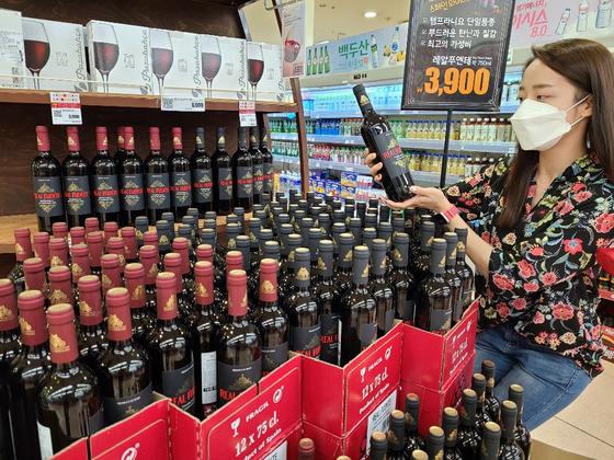 롯데마트는 3900원짜리 와인 레알 푸엔테 50만병을 추가로 수입해 판매 중이라고 15일 밝혔다. 지난 6월 선보인 초저가 와인 레알 푸엔테는 초도 물량 40만병이 한 달만에 모두 팔렸다. 사진 롯데마트