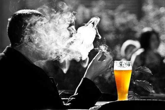 """남인순 더불어민주당 의원이 국민건강보험공단으로부터 제출받은 '음주·흡연으로 인한 건강보험 총진료비지출 규모""""에 따르면, 지난해 총진료비는 6조682억 원이었다. 이 가운데 음주는 2조9104억 원, 흡연은 3조1578억 원이었다. 제공 pixabay"""