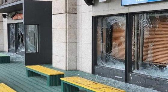 지난 8월 5일 40대 남성 A씨의 난동에 파손된 KBS 본관 라디오 스튜디오. [사진 KBS공영노조]