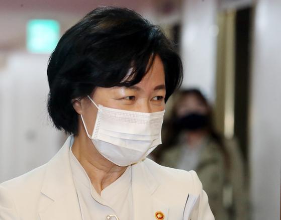 추미애 법무부 장관이 13일 서울 종로구 정부서울청사에서 열린 국무회의에 참석하고 있다. 뉴스1