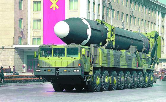 '건군절' 열병식에서 공개된 대륙간탄도미사일(ICBM)급 '화성-15'형. 연합뉴스