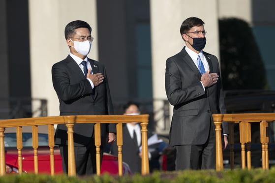 14일(현지시간) 미 워싱턴 펜타곤에서 52차 한미 안보협의회의가 열렸다. 서욱 국방부 장관과 마크 에스퍼 미 국방부 장관이 회의 전 열린 의장행사에 참석했다. [AP=연합뉴스]