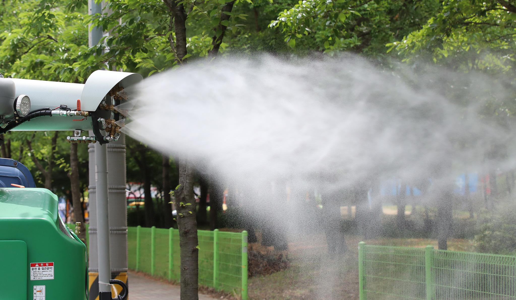 친환경 방역 소독차가 일본뇌염 매개모기인 '작은빨간집모기'를 박멸하기 위해 도심 공원 주변에서 방역작업을 하고 있다. 뉴스1