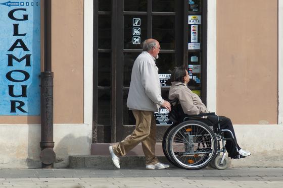 100세 시대가 되면서 노인이 노인을 돌보는 경우가 늘고 있다. 정년퇴직 혹은 조기 퇴직해 부모를 모시는 사람도 있다. 부모가 80대면 돌보는 자식은 60대다. [사진 pixabay]