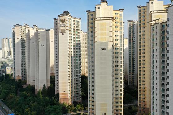 40개동, 3226가구 규모의 이 대단지 아파트에 전세 매물이 하나도 없다. 15일 서울 강동구 암사동 강동롯데캐슬퍼스트 단지의 모습. 장진영 기자