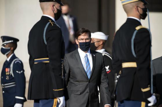 """14일(현지시간) 한미 안보협의회의에 참석한 마크 에스퍼 미 국방부 장관은 """"전작권을 한국군에 넘기기 위해 모든 조건을 충족시키는 데 시간이 걸릴 것""""이라고 말했다. [AP=연합뉴스]"""