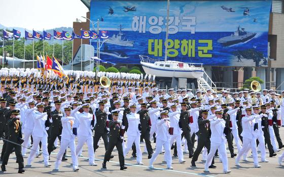경남 창원시 해군사관학교 연병장에서 열린 제128기 학사사관 해군·해병대 소위 임관식. 연합뉴스