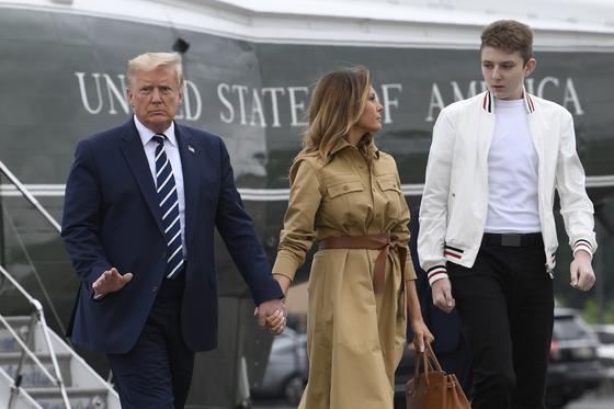 지난 8월 도널드 트럼프 미국 대통령 부부와 아들 배런이 뉴저지주 공항에서 대통령 전용 헬기 마린원에서 내렸다. [AP=연합뉴스]