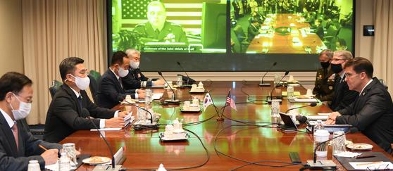 서욱 국방장관과 마크 에스퍼 미 국방장관이 14일(현지시간) 미국 워싱턴DC 인근 국방부 청사에서 열린 제52차 한미안보협의회의(SCM)에 참석하고 있다. [국방부 제공]