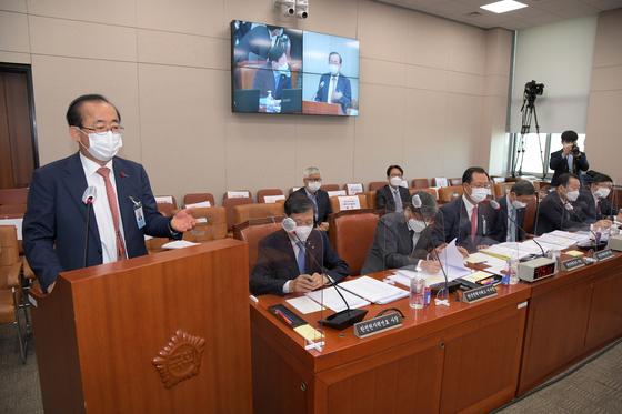 유향열(왼쪽) 한국남동발전 사장이 15일 오전 서울 여의도 국회에서 열린 산업통상자원중소벤처기업위원회의 국정감사에서 옵티머스 연루 의혹을 해명하고 있다. 뉴시스