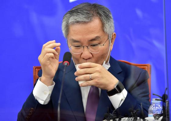 최강욱 열린민주당 대표가 국회에서 열린 최고위원회의에서 물을 마시고 있다. 오종택 기자