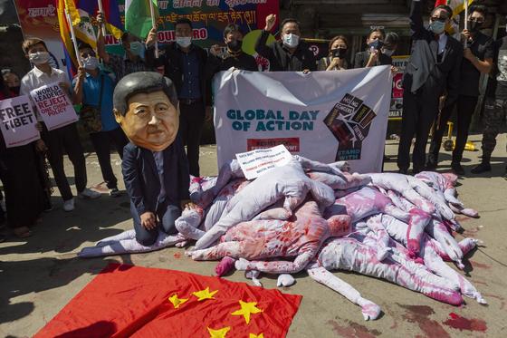 중국에서 추방당한 티베트인들이 지난 1일 인도의 거리에서 시위를 하고 있다. [연합뉴스]