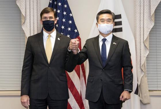 서욱 국방장관과 마크 에스퍼 미 국방장관이 14일(현지시간) 미국 워싱턴D.C. 인근 국방부 청사에서 '제52차 한미안보협의회의(SCM)'를 진행했다.[에스퍼 장관 트위터=연합뉴스]