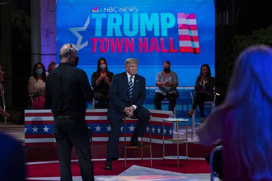 도널드 트럼프 미국 대통령이 현지시간 15일 플로리다 마이애미에서 열린 타운홀 행사에 참석했다. [AP=연합뉴스]