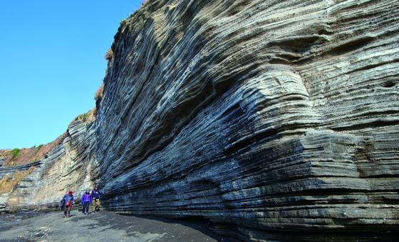 올가을 색다른 여행을 즐기고 싶다면 지질공원으로 가보자. 국내에 세계적으로 지질학적 가치를 인정 받은 유네스코 세계지질공원이 4곳 있다. 사진은 제주도 수월봉 아래쪽 검은모래해변. [중앙포토]