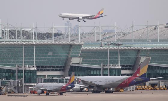 13일 오후 인천국제공항으로 일본 후쿠오카 공항에서 출발한 아시아나항공 임시 항공편이 착륙하고 있다. 연합뉴스
