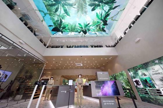 LG유플러스가 서울 강남역 인근에 복합문화공간 '일상비일상의틈'(틈)을 개소하고 20~30대 MZ세대 고객의 경험 혁신을 이루겠다고 15일 밝혔다. 사진은 틈의 1층 로비. [사진 LG유플러스]