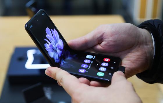 삼성전자의 플립형 폴더블폰 '갤럭시Z플립'. [연합뉴스]